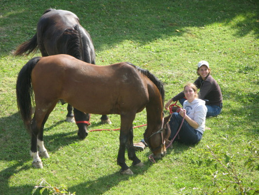 Due socie fondatrici con i loro cavalli: Francesca e Kabir, Sacha e Doc